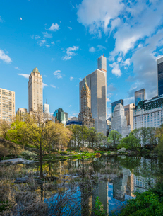 USA, New York State, New York City, Manhattan, Central Park, Trees and skyscrapers reflecting in watの写真素材 [FYI02200573]