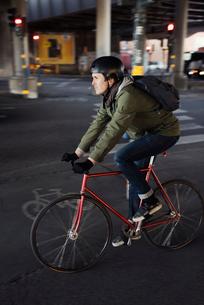 Sweden, Sodermanland, Stockholm, Sodermalm, Slussen, Mid adult man cycling in cityの写真素材 [FYI02200579]