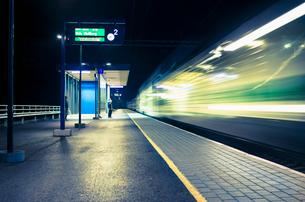 Finland, Pohjanmaa, Pannainen, Railroad station at nightの写真素材 [FYI02200691]