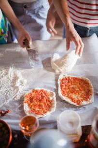 Italy, Tuscany, Two women preparing pizzasの写真素材 [FYI02200716]