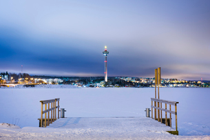Finland, Pirkanmaa, Tampere, Winter scene with frozen lake and communication towerの写真素材 [FYI02200745]
