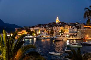 Croatia, Korcula, Old town and marina at nightの写真素材 [FYI02200755]