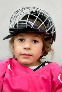 Sweden, Portrait of girl (4-5) in ice hockey uniformの写真素材 [FYI02200758]