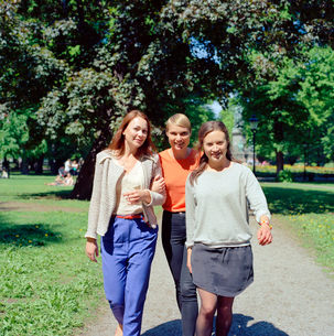 Sweden, Stockholm, Ostermalm, Three women walking through parkの写真素材 [FYI02200785]