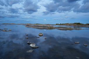 Sweden, Stockholm Archipelago, Uppland, Fluttuskaren, Tranquil view of bay at duskの写真素材 [FYI02200858]
