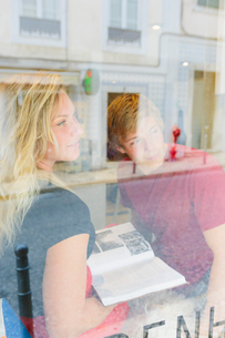 Portugal, Lisbon, Two people looking through windowの写真素材 [FYI02200892]