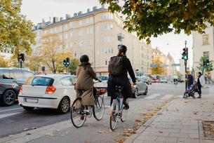 Sweden, Uppland, Stockholm, Vasatan, Torsgatan, Man and woman cycling on city streetの写真素材 [FYI02200905]