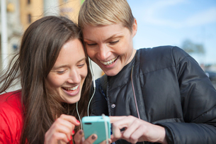 Sweden, Stockholm, Ostermalm, Two women listening to musicの写真素材 [FYI02200933]