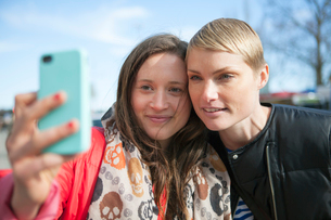 Sweden, Stockholm, Ostermalm, Two women taking selfieの写真素材 [FYI02200989]