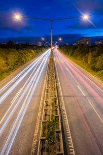 Sweden, Skane, Malmo, Light trails of cars at nightの写真素材 [FYI02200994]