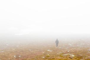 Sweden, Dalarna, Grovelsjon, Rea view of female hiker in fogの写真素材 [FYI02200998]
