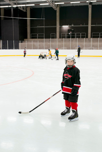 Sweden, Young male hockey player (4-5) on iceの写真素材 [FYI02201041]