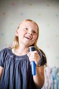 Sweden, Girl (8-9) singing karaokeの写真素材 [FYI02201094]