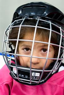 Sweden, Portrait of girl (4-5) in ice hockey uniformの写真素材 [FYI02201130]