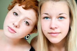 Portrait of redhair young woman and blonde teenage girl (16-17)の写真素材 [FYI02201158]