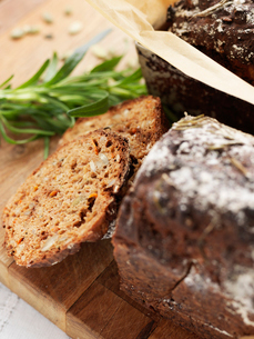 Sweden, Carrot bread with rosemary on cutting boardの写真素材 [FYI02201242]