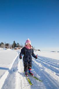 Sweden, Medelpad, Juniskar, Girl (6-7) learning how to skiの写真素材 [FYI02201280]