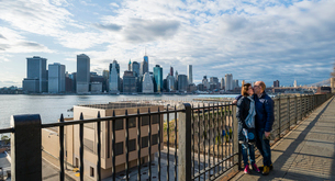 USA, New York State, New York City, Brooklyn Heights Promenade, Man and woman kissing with skyline iの写真素材 [FYI02201312]
