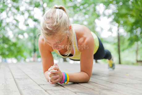 Sweden, Sodermanland, Young woman in plank positionの写真素材 [FYI02201315]
