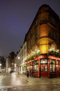 UK, England, London, Marleybone, Pub at nightの写真素材 [FYI02201343]