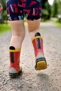 Sweden, Little boy (2-3) walking in rubber bootsの写真素材 [FYI02201431]