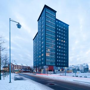 Sweden, Skane, Malmo, Office building against overcast sky at duskの写真素材 [FYI02201442]