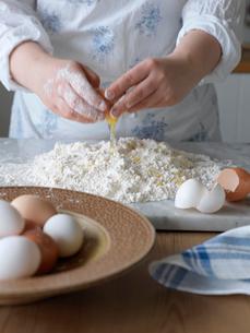 Sweden, Woman making pasta doughの写真素材 [FYI02201473]