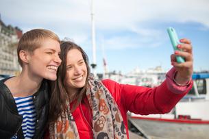 Sweden, Stockholm, Ostermalm, Two women taking selfieの写真素材 [FYI02201565]