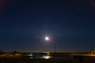 Sweden, Gotland, Vandburg, Illuminated marina on sea at nightの写真素材 [FYI02201580]