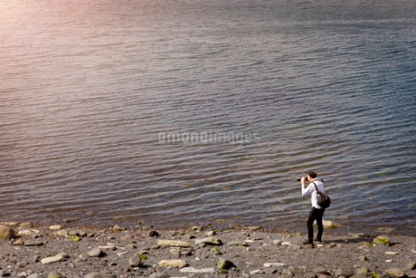 Iceland, Reykjavik, Photographer on lakeshoreの写真素材 [FYI02201671]