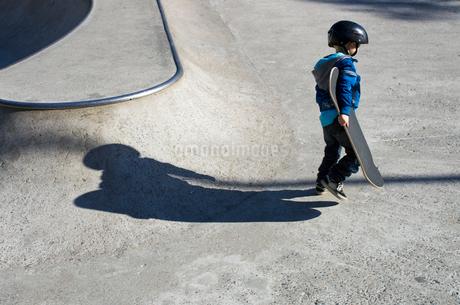 Finland, Uusimaa, Helsinki, Boy (4-5) holding skateboardの写真素材 [FYI02201685]