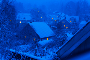 Sweden, Tyreso, Trollbacken, Snow covered houses at nightの写真素材 [FYI02201694]