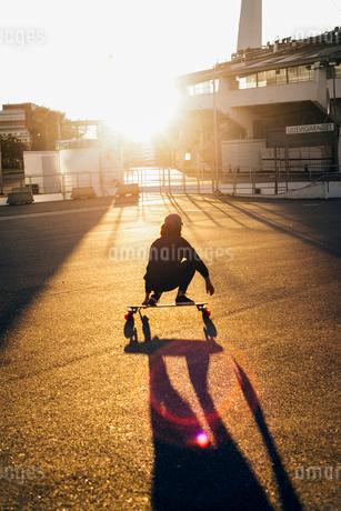 Sweden, Vastra Gotaland, Gothenburg, Woman skateboarding at sunsetの写真素材 [FYI02201775]
