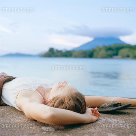 Nicaragua, Ometepe, Young woman relaxingの写真素材 [FYI02201781]