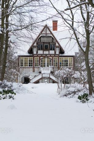 Sweden, Skane, Ystad, Sandskogen, House covered with snowの写真素材 [FYI02201811]