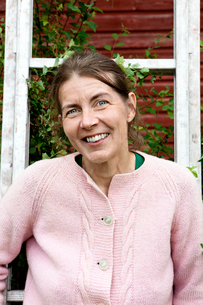 Sweden, Smaland, Portrait of mature woman in pink cardiganの写真素材 [FYI02201826]
