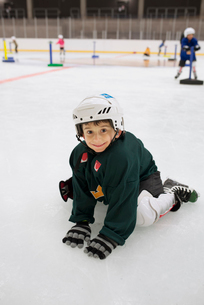 Sweden, Young male hockey player (4-5) sitting on iceの写真素材 [FYI02201874]