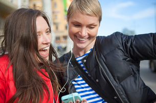 Sweden, Stockholm, Ostermalm, Two women listening to musicの写真素材 [FYI02201878]