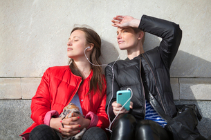 Sweden, Stockholm, Ostermalm, Two women listening to musicの写真素材 [FYI02201902]