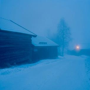 Sweden, Dalama, Orsa, Fryksas, Farm buildings at night, Christmasの写真素材 [FYI02201919]