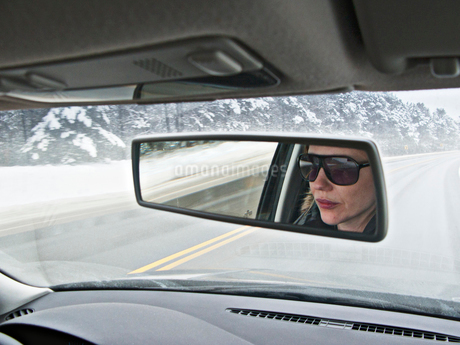 Canada, Toronto, Reflection of woman driving car in mirrorの写真素材 [FYI02201973]