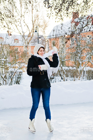 Sweden, Stockholm, Young woman on ice rinkの写真素材 [FYI02201975]