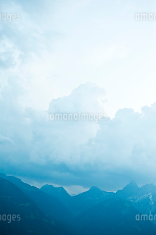 Austria, Majestic mountain range in fogの写真素材 [FYI02201999]