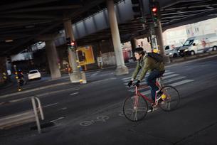 Sweden, Sodermanland, Stockholm, Sodermalm, Slussen, Mid adult man cycling in cityの写真素材 [FYI02202000]