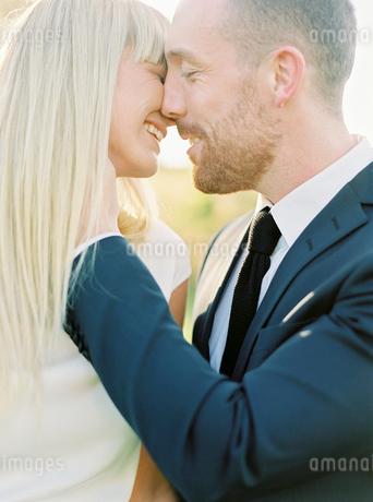 Sweden, Groom and bride kissingの写真素材 [FYI02202044]