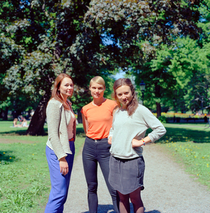Sweden, Stockholm, Ostermalm, Three women standing in parkの写真素材 [FYI02202055]