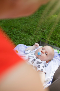 Finland, Mother with newborn son (0-1 months)の写真素材 [FYI02202078]