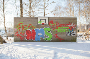 Sweden, Vastergotland, Lerum, Graffiti on wall of snow-covered basketball courtの写真素材 [FYI02202081]