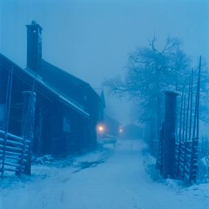 Sweden, Dalama, Orsa, Fryksas, Farm buildings at night, Christmasの写真素材 [FYI02202183]