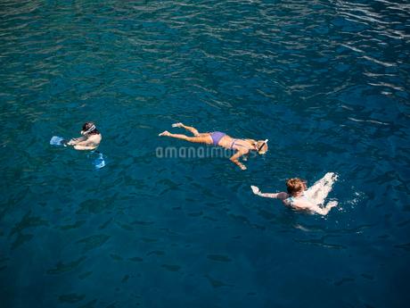 Turkey, Mugla, Marmaris, Elevated view of people swimming in seaの写真素材 [FYI02202195]